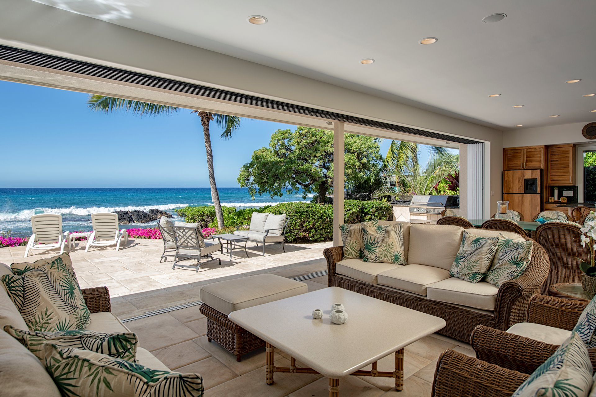 ENORMOUS COVERED LANAI WITH OUTDOOR KITCHEN