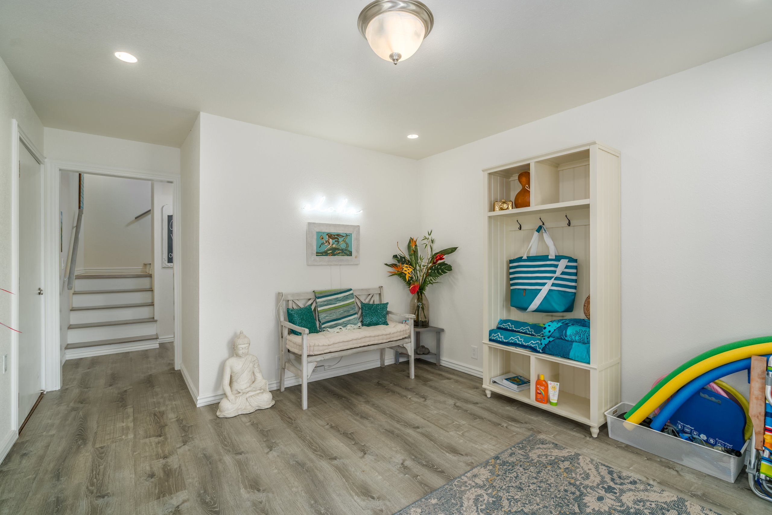 """""""Entrance"""" room offers a comfortable place to welcome visitors and put your beach gear"""